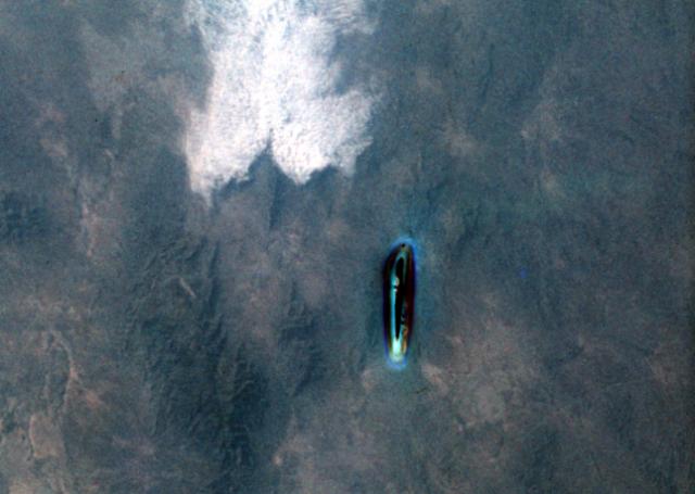 """Макдивитту удалось также сфотографировать длинный металлический цилиндр. Командование ВВС вновь прибегло к испытанному приему, объявив, что пилот перепутал увиденное со спутником """"Пегас-2""""."""
