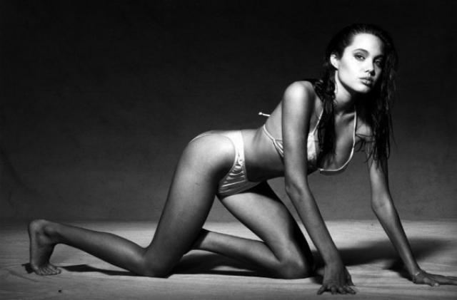 В 2008 году в Сети появились снимки, на которых 16-летняя Джоли весьма раскованно позирует перед камерой.