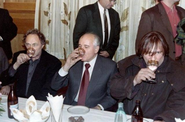 На Московском международном кинофестивале актеров развлекали не только кино, но и национальными напитками.
