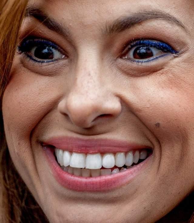 Актриса Ева Мендес демонстрирует голливудскую улыбку.