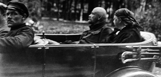 Когда же позволяло здоровье, Владимир Ильич с супругой Надеждой Константиновной любил прогуляться пешком, а также покататься на автомобиле.