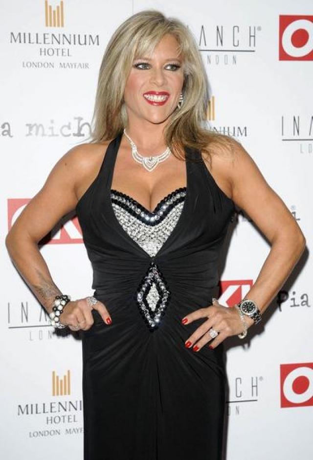 Саманта Фокс. В феврале 2003 года в прессе появилось долгожданное признание британской модели и певицы Саманты Фокс , слухи о принадлежности которой к сексуальным меньшинствам начали ходить еще в начале 90-х.