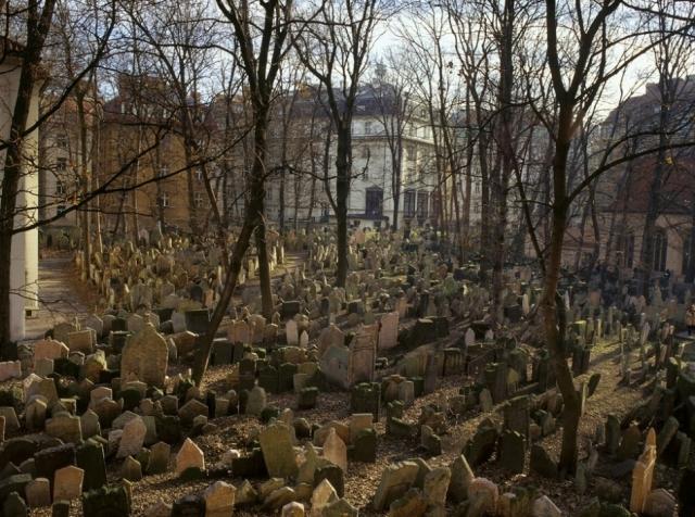 Старое еврейское кладбище в Праге. На довольно маленьком участке земли захоронено более 100 тысяч умерших: старые погребения работники кладбища присыпали землей, и на том же месте возводили новые надгробия.