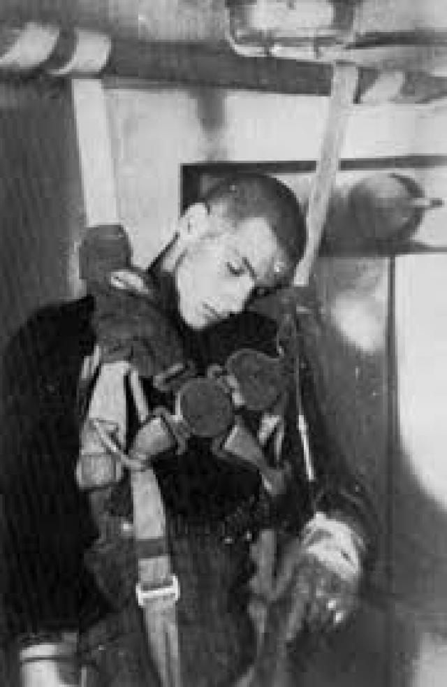 Молодых здоровых мужчин перед экспериментом раздевали догола, одевали в униформу люфтваффе и помещали в резервуар с холодной водой.