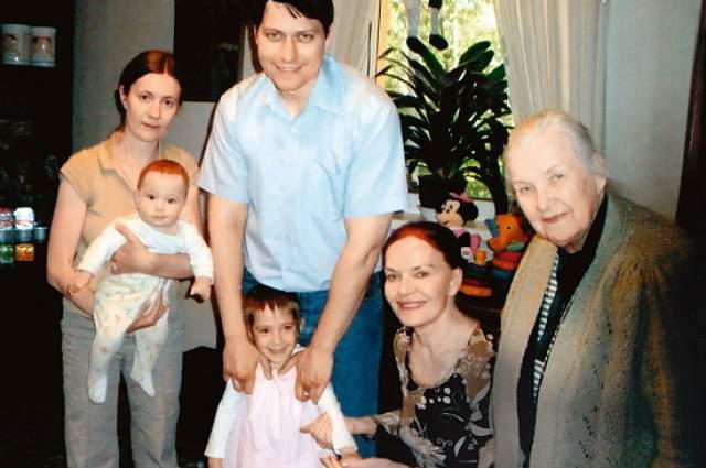 """Но Людмила не ощущала себя одинокой, так как своих племянников она любила как собственных детей. Также """"семьей"""" для Чурсиной стал Театр Российской армии, в котором она прослужила почти тридцать лет."""