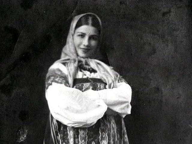 Лидия Русланова. Будущая звезда народной песни родилась в многодетной крестьянской семье. Отца призвали на русско-японскую войну, и мать была вынуждена пойти работать на кирпичный завод, где довольно быстро надорвалась, слегла и умерла. Вскоре стало известно, что и отец погиб.