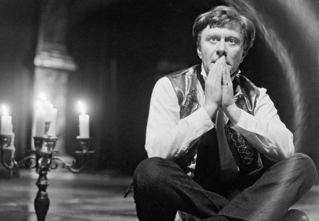 """14 августа 1987 года во время гастролей в Риге с коронным спектаклем Миронова """"Женитьба Фигаро"""", актер неожиданно упал и потерял сознание. Его немедленно забрала """"скорая"""" и диагностировали обширный инсульт."""