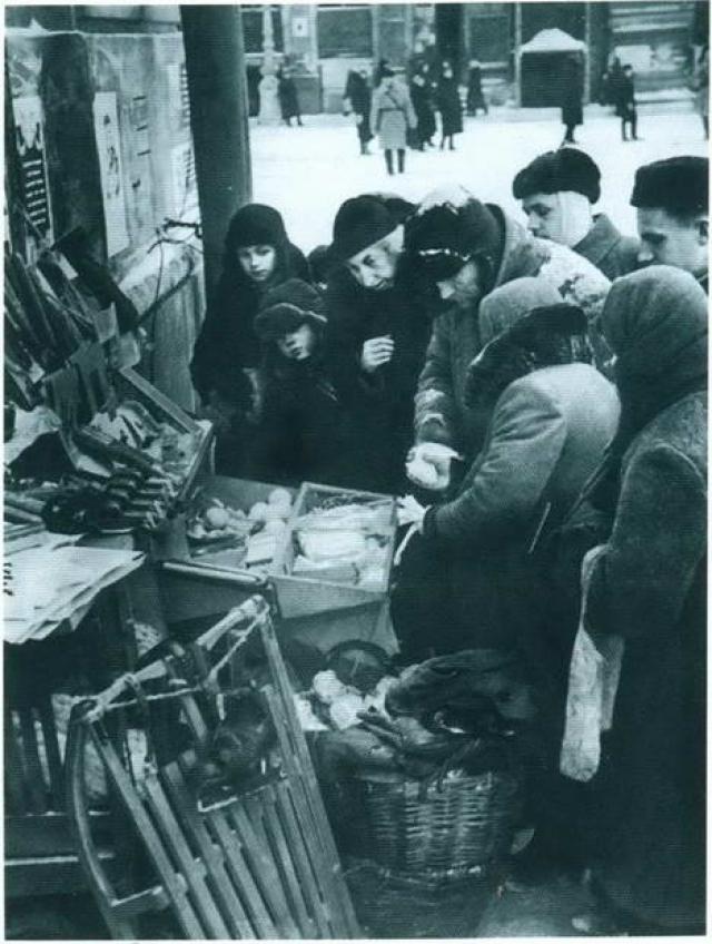 """""""Недалеко, на Обводном канале, была барахолка, и мама послала меня туда поменять пачку """"Беломора"""" на хлеб. Помню, как женщина там ходила и просила за бриллиантовое ожерелье буханку хлеба""""."""