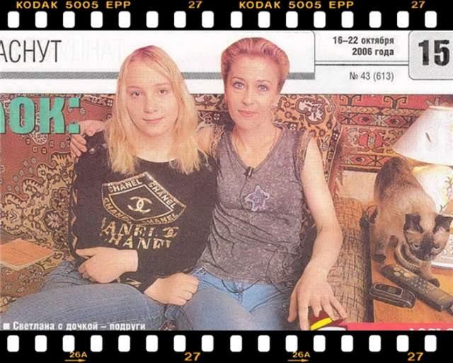 Последние годы живет тихой семейной жизнью в Москве. Имеет взрослую дочь Елизавету.