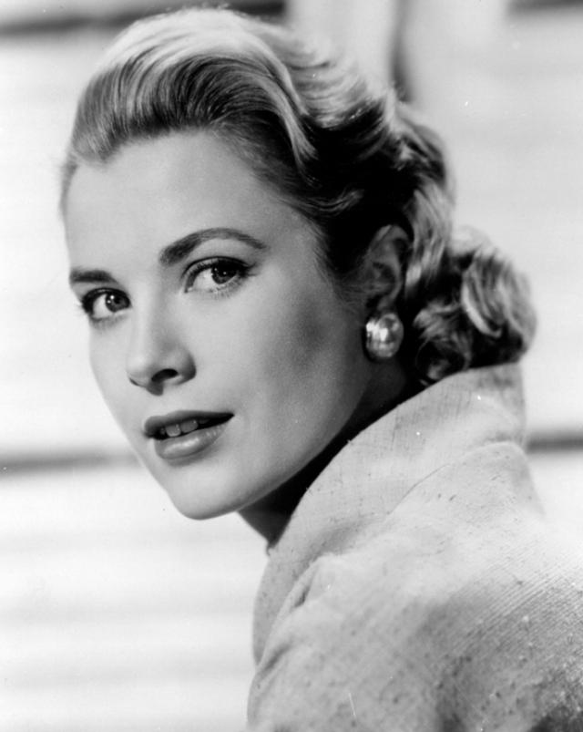 """Грейс Келли. Карьера актрисы была одной из самых успешных в Голливуде, однако она оставила ее ради свадьбы с князем Монако Ренье III, семья которого была против, чтобы княгиня продолжала """"лицедействовать""""."""