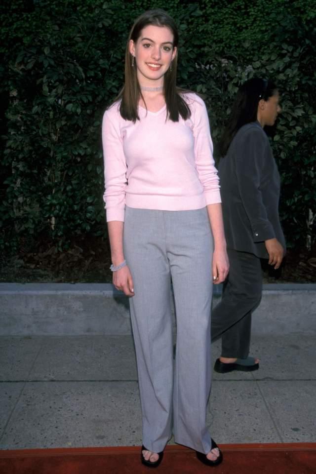 Скромная Энн Хэтэуэй на церемонии телеканала Fox TV в 1999.