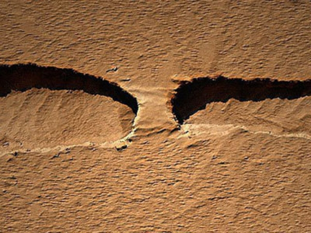 "Американский аппарат Mars Reconnaissance Orbiter заснял вот такой марсианский ""мост""."