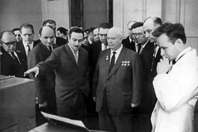 Именно они создали первую в СССР настольную ЭВМ УМ-1 и ее модификацию УМ-1НХ, за что им была присуждена Государственная премия. В 1962 году КБ посетил сам Хрущев, на которого оно произвело большое впечатление.