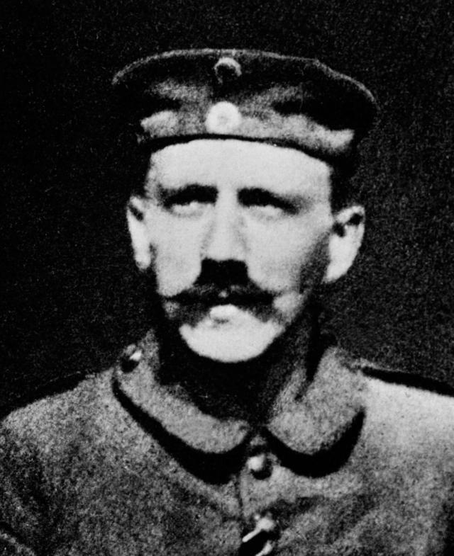 Адольф Гитлер. В 27 лет Адольф пошел добровольцем на Первую мировую войну.