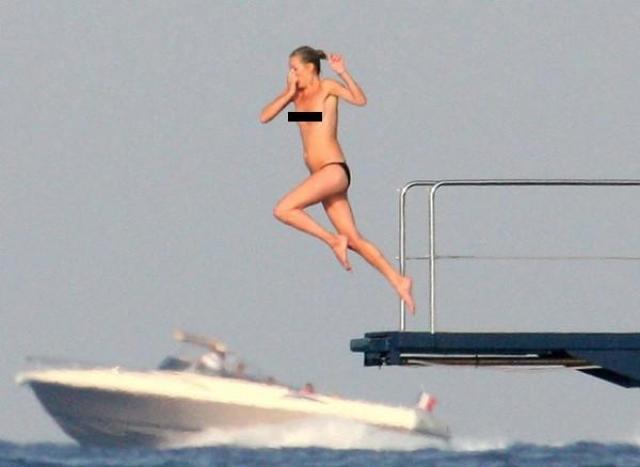Кейт Мосс папарацци сняли во время отдыха на яхте.