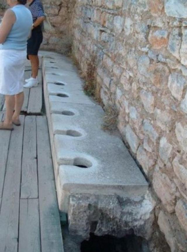 Туалет с водопроводом. В первом веке нашей эры в городе Эфес был построен туалет с постоянным потоком воды под ним, уносящим отходы.