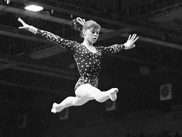 """Многие считали, что Лена необычайно одарена от природы. """"В ней жил озорной чертенок, и вместе с тем она была пластична, женственна. Петля Мухиной на брусьях - вообще шедевр мировой гимнастики,"""" - скажет тренер сборной СССР Леонид Аркаев. С ней занимались прославленные тренеры, уверенные в большом будущем спортсменки."""