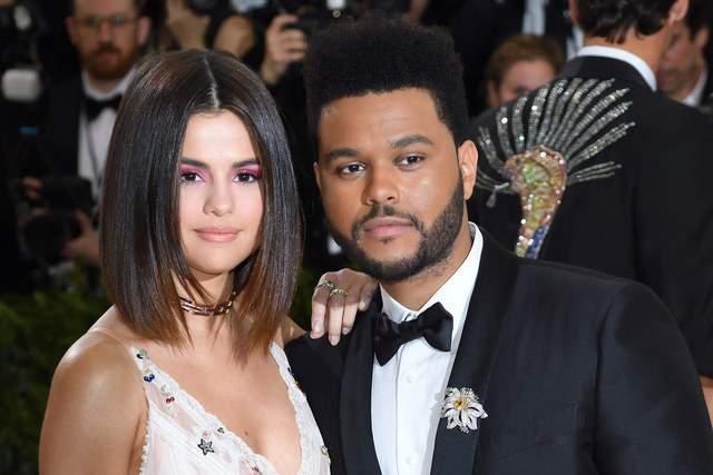 Селена Гомес и певец The Weeknd также разошлись после 10 месяцев отношений. При этом таблоиды трубят о том, что Селена вновь проводит время со своим бывшим бойфрендом Джастином Бибером.