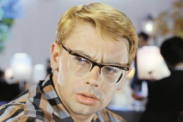 """Александр Демьяненко. С обликом """"Шурика"""" очки связаны неразрывно. Сам актер всю жизнь носил довольно стильные очки, даже по нынешним меркам."""