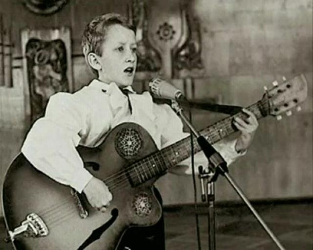 """Признание пришло к юному певцу в начале 1990-х, в 13 лет, когда он положил на музыку и исполнил песни """"Журавли"""" и """"Православная""""."""
