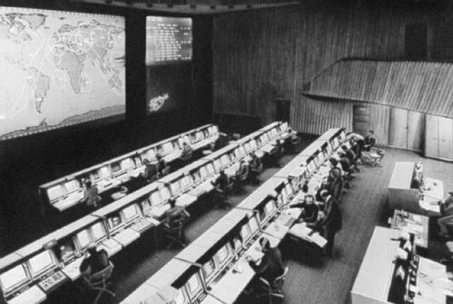 О том, что сигналы являлись подделкой говорит сразу несколько фактов: космонавт и ЦУП пользуются при передаче позывными, чтобы идентифицировать друг друга, а в представленных переговорах позывных просто-напросто нет.