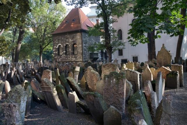 На кладбище есть места, где под землей разместилось 12 могильных ярусов. Земля, оседая, открыла взгляду старые могильные плиты, которые стали теснить более поздние.