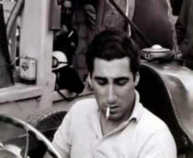 Эудженио Кастелотти. Гоночную Феррари Кастелотти получил от некоего итальянского спонсора, когда ему было всего лишь 20 лет. Принимать участие в гонках он начал в 1952 году, а в начале 1955 года дебютировал в Гран-при с командой Lancia.