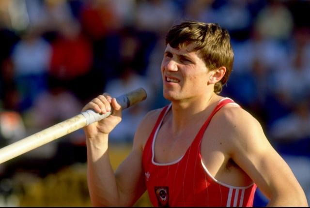 Сергей Бубка. Рекорд спортсмена по прыжку с шестом высотой 6,15 м, который он установил в 1993 году, до сих пор не превзойден. Бубка устанавливал мировые рекорды тридцать раз, став самым известным спортсменом в своем виде.