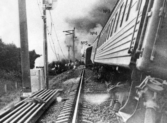 В 18:25 экспресс на скорости 155 км/ч вошел на неисправный отрезок пути, а просадка линии привела к тому, что электровоз и первый вагон саморасцепились.