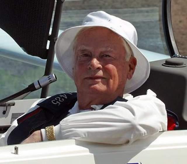 Дедушка Пэрис, Уильям Бэррон Хилтон, официально объявил о передаче своего состояния — $1,2 млрд — на благотворительные цели.