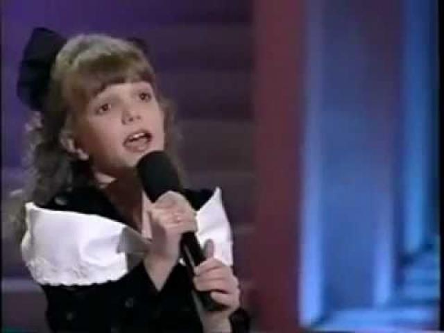 Художественной гимнастикой Бритни профессионально занималась до девяти лет и даже принимала участие в региональных соревнованиях. Также девочка пела в церковном хоре, участвовала в детских конкурсах красоты и песенных состязаниях.