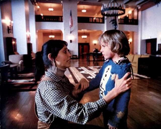 """Денни Ллойд 5-летний Денни снялся в 1980 году вместе с Джеком Николсоном в экранизации книги Стивена Кинга """"Сияние"""". Во время съемок режиссер Стенли Кубрик делал все возможное, чтобы Дэнни не догадался, что снимается в фильме ужасов, и поэтому он внушил ему, что """"Сияние"""" - это просто небольшая психологическая драма. Ллойд впервые увидел фильм целиком только когда ему было 16 лет, однако он не испытал никакого страха."""
