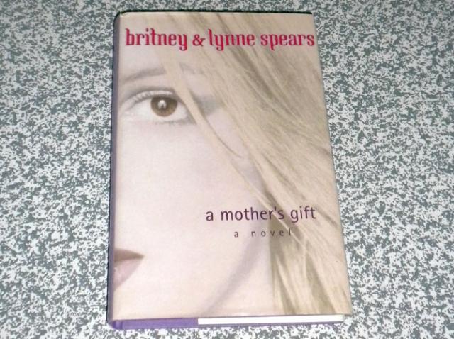 """В 2001 году Бритни и ее мама Линн написала первый роман """"Подарок Матери"""", в котором рассказывается о маленькой девочке из маленького городка, которая переехала в большой город, добилась успеха, но осталась собой."""