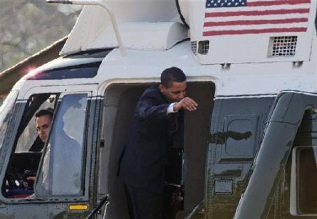 Спустя какое-то время ситуация повторилась, но на сей раз не из-за рассеянности, а из-за высокого роста Обамы. Американский президент, чей рост 185 см, не вписался в дверной проем президентского вертолета, когда садился в него. В результате, ударился головой о верхнюю притолоку.