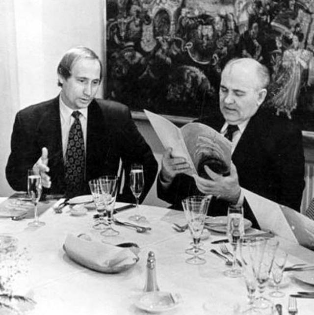 """Санкт-Петербург, ресторан """"Невский палас"""", 1995 год. Бывший генсек и будущий президент России."""