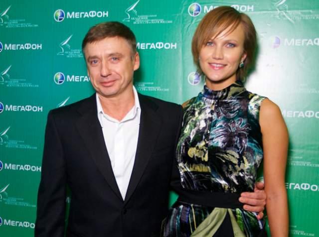"""Антон Табаков и Анжелика. Старший сын знаменитого актера и театрального руководителя Олега Табакова, скончавшегося на днях, познакомился со своей четвертой женой в самолете, летевшем рейсом """"Ницца-Москва"""" в 2003 году. Она была переводчиком."""