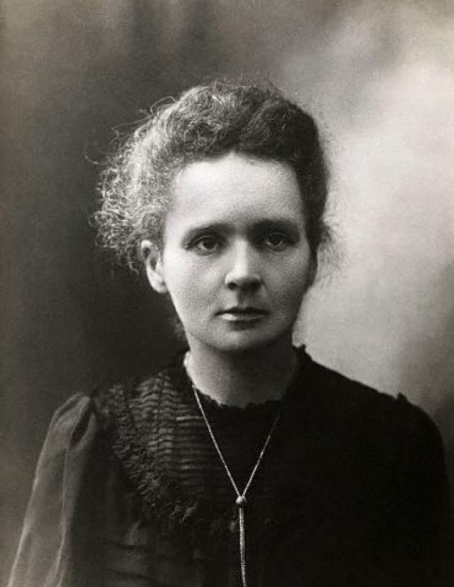 Мария Кюри: умерла от радиоактивного медальона. Первооткрывательница радия и полония прославилась также экспериментами в сфере радиологии (она сама придумала этот термин). Благодаря ее трудам человечество узнало о существовании рентгеновских лучей.