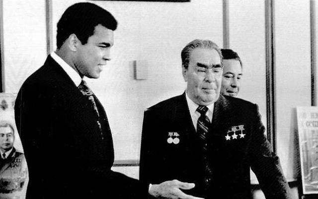 В Москве Али принял участие в показательных боях с советскими боксерами-тяжеловесами. А 19 июня он провел встречу с Генсеком ЦК КПСС Леонидом Брежневым в Кремле, которая произвела на боксера впечатление.