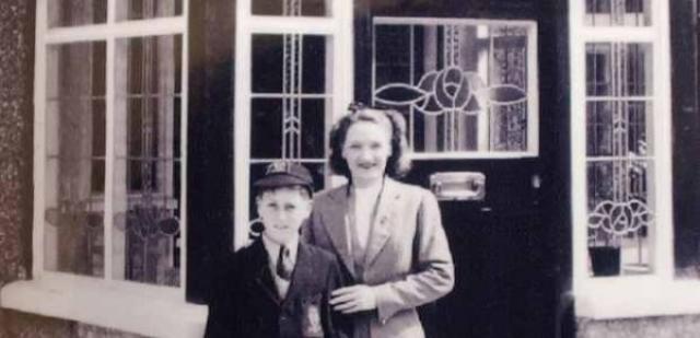 На мать Леннона давили и ее родственники, обвиняя в греховном сожительстве с мужчинам и порочном влиянии таких связей на ребенка.