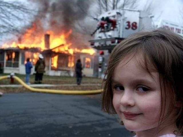 Девочка-катастрофа . В 2007 году фотограф Дейв Рот гулял с дочкой Зои по улице и случайно стал свидетелем учебных занятий пожарных. На фоне специально подожженного дома он и заснял девочку.