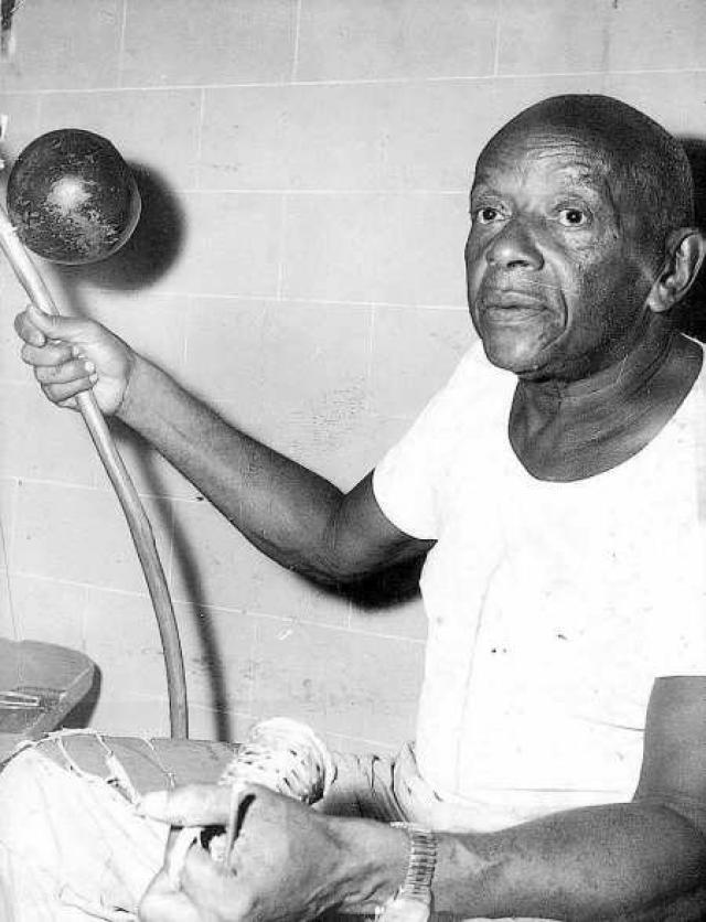 Будущая легенда спорта начал изучать капоэйру в возрасте 12 лет, несмотря на то, что в то время это боевое искусство законодательно преследовалась в Бразилии.