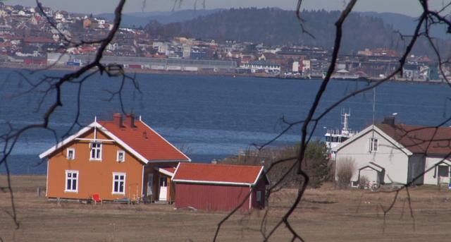 Другая норвежская тюрьма - Бастой - считается самой экологичной. Здесь нет отбоев или времени подъема, заключенные могут жить в удобном для них режиме. В качестве тюремных номеров используются небольшие коттеджи, расположенные на природе.