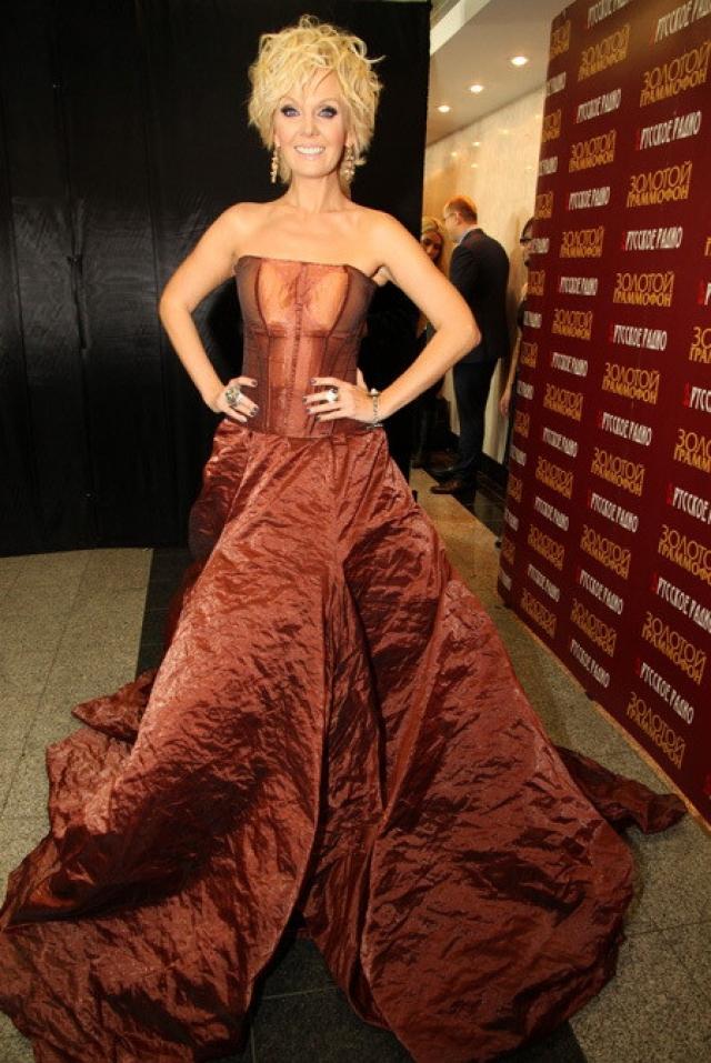 А подол этого платья весьма странно задрапирован.