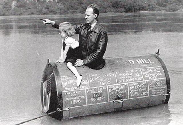 Хилл работал спасателем - за свою жизнь он спас 28 человек и достал из воды тела 177 погибших.