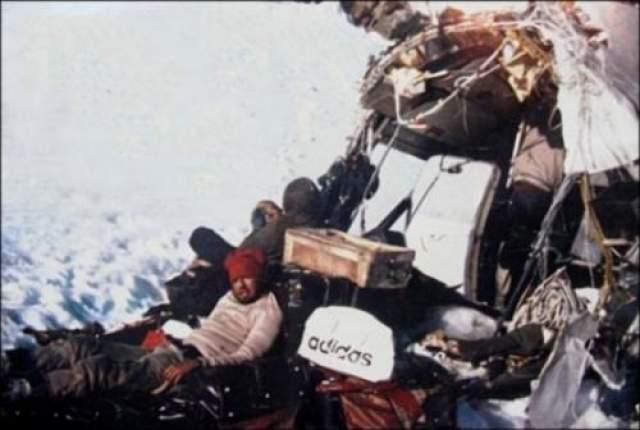 Полет начался накануне, 12 октября, но из-за плохой погоды самолет приземлился в аэропорту Медноса (Аргентина) и остался там на ночь. Позже, следуя в Сантьяго, самолет влетел в циклон и начал снижение, видимость упала до нуля, пилоты ориентировались только лишь по времени. Вследствие ударов о скалы и землю лайнер потерял хвост и крылья. Изуродованный фюзеляж катился на огромной скорости вниз по склону, пока не врезался носом в глыбы снега.