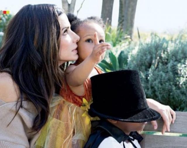 Спустя некоторое время Сандра удочерила еще и девочку и с тех пор демонстрировать своих чад прессе не спешит.
