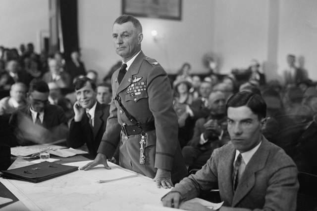 Командование поступило ожидаемо. Несмотря на убедительную демонстрацию профессионализма, Митчелла судил военный трибунал. Генерала уволили с военной службы.