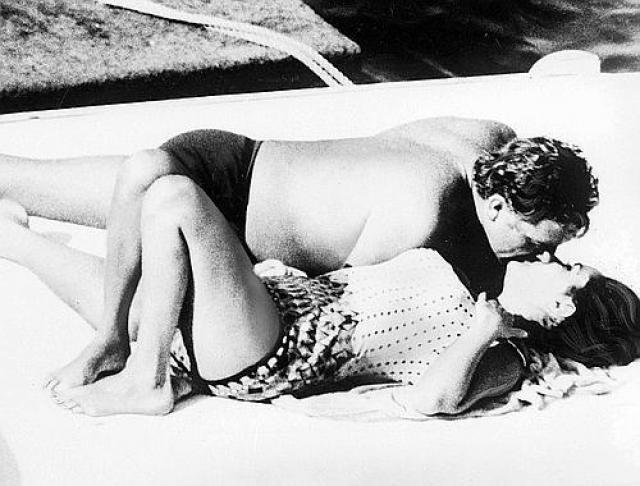 Элизабет Тейлор и Ричарда Бертона папарацци застукали 25 июня 1962 года. На тот момент оба были в браке, поэтому снимок вызвал большой скандал.