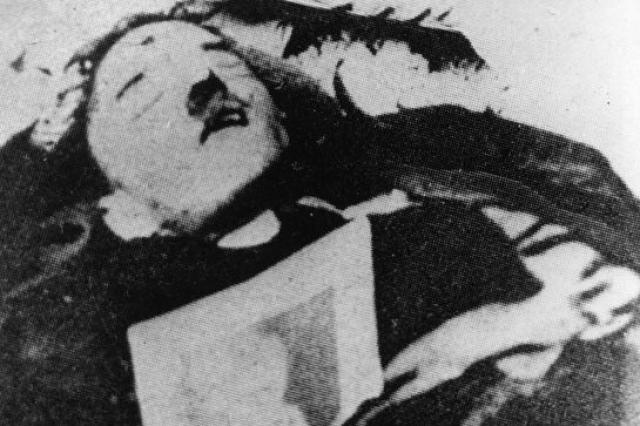 Согласно первой версии, основанной на показаниях личного камердинера Гитлера, Линге, фюрер и Ева Браун выстрелили в себя в 15.30. Существует даже фото тела Гитлера со следом от пули, подлинность которого под вопросом.