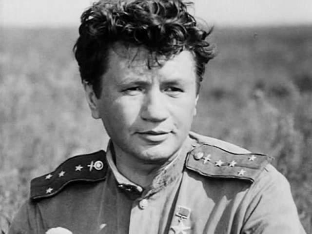 Леонид Быков. Актер и режиссер скончался в 1979 году. Быков возвращался домой со своей дачи под Киевом.